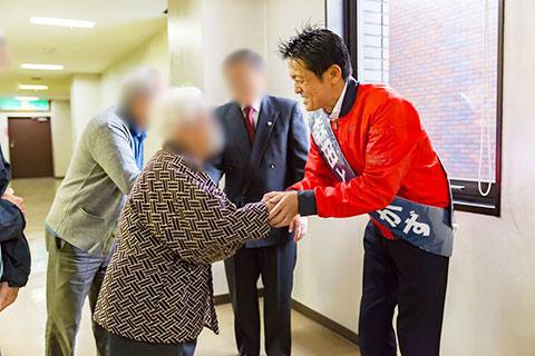 支援者と握手をする森田としかず